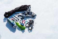 Primo piano dell'attrezzatura rampicante di inverno su neve fresca un giorno soleggiato Carabine con un gazebo della corda e zhum Fotografia Stock Libera da Diritti