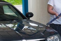 Primo piano dell'autolavaggio Autolavaggio con il pulitore ad alta pressione fotografia stock libera da diritti