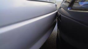 Primo piano dell'automobile che colpisce un'altra auto mentre parcheggiando, danni materiali, assicurazione archivi video