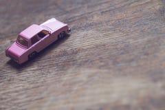 Primo piano dell'automobile d'annata di rosa del giocattolo Fotografia Stock