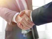 Primo piano dell'azienda leader Shaking Partner Hand fotografia stock