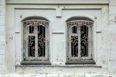 Primo piano dell'due vecchie finestre in vecchia casa fotografia stock libera da diritti