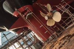 Primo piano dell'elica delle navi in bacino di carenaggio Immagine Stock