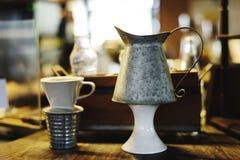 Primo piano dell'esposizione ceramica delle tazze Fotografia Stock