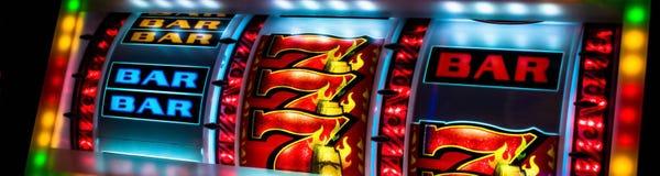 Primo piano dell'esposizione dello slot machine del casinò fotografie stock