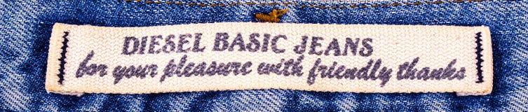 Primo piano dell'etichetta diesel dei jeans del ` s isolata su fondo bianco Fotografia Stock Libera da Diritti