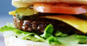 Primo piano dell'hamburger stock footage