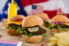 Primo piano dell'hamburger decorato con il tema del 4 luglio Fotografia Stock