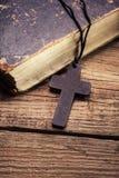 Primo piano dell'incrocio cristiano di legno Fotografia Stock