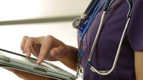 Primo piano dell'infermiere che per mezzo di un pc della compressa stock footage