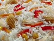 Primo piano dell'insalata del riso con pepe e poco cereale immagine stock