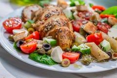 Primo piano dell'insalata di caesar casalinga con gli ortaggi freschi Fotografie Stock Libere da Diritti