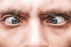 Primo piano dell'occhio azzurro di un uomo spaventato Fotografie Stock Libere da Diritti