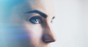 Primo piano dell'occhio della donna con gli effetti visivi, su fondo bianco orizzontale Fotografia Stock