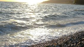 Primo piano dell'onda del mare durante il tramonto archivi video