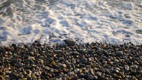 Primo piano dell'onda del mare durante il tramonto video d archivio