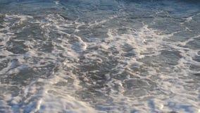 Primo piano dell'onda del mare durante il tramonto stock footage