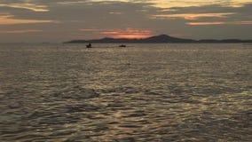 Primo piano dell'onda del mare e jet ski di guida dell'uomo nel tramonto stock footage