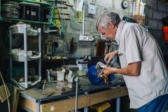 Primo piano dell'operaio che lavora con il ferro Fotografie Stock