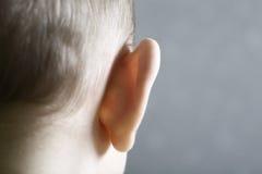 Primo piano dell'orecchio del bambino immagine stock