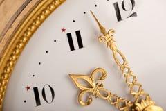 Primo piano dell'orologio antico dell'oro Fotografia Stock