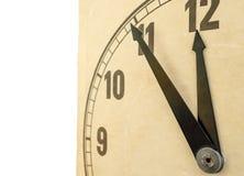 Primo piano dell'orologio antiquato isolato 11:55 Fotografie Stock Libere da Diritti