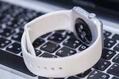 Primo piano dell'orologio di Apple Immagini Stock Libere da Diritti