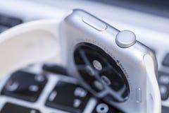 Primo piano dell'orologio di Apple Fotografie Stock