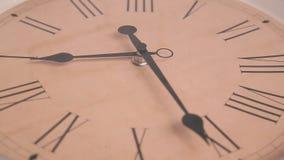 Primo piano dell'orologio girante stock footage