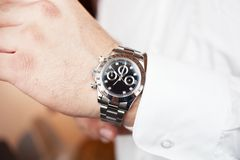 Primo piano dell'orologio sull'affare della mano o sul concetto maschio di modo fotografie stock