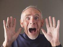 Primo piano dell'uomo anziano terrorizzato che grida Immagine Stock