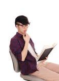 Primo piano dell'uomo asiatico che legge un libro Fotografia Stock Libera da Diritti