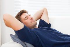Primo piano dell'uomo che dorme a casa Immagini Stock