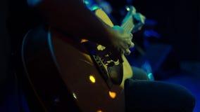 Primo piano dell'uomo che gioca chitarra acustica sul concerto rock archivi video