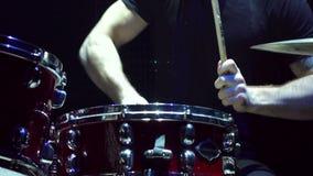 Primo piano dell'uomo che gioca i tamburi, movimento lento archivi video
