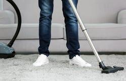 Primo piano dell'uomo con il tappeto di pulizia dell'aspirapolvere Fotografia Stock Libera da Diritti