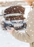 Primo piano dell'uomo con l'automobile e lo smartphone rotti Immagine Stock Libera da Diritti