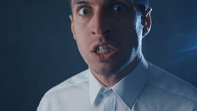 Primo piano dell'uomo d'affari arrabbiato che grida, mostrante timore, collera e frustrazione archivi video