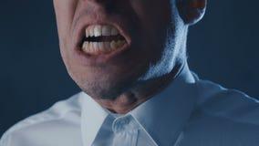 Primo piano dell'uomo d'affari arrabbiato che grida, mostrante timore, collera e frustrazione stock footage