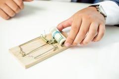 Primo piano dell'uomo d'affari che prende soldi dalla trappola per topi Immagine Stock