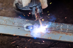 Primo piano dell'uomo della mano della saldatura del metallo immagini stock libere da diritti