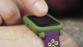 Primo piano dell'uomo facendo uso del suo Smartwatch video d archivio