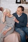 Primo piano dell'uomo senior che consola la sua moglie immagini stock libere da diritti