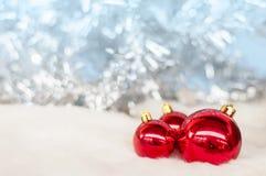 Primo piano della bagattella - fondo bianco del modello per il Natale o i nuovi anni di fondo della decorazione fotografia stock
