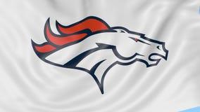 Primo piano della bandiera d'ondeggiamento con il logo del gruppo di football americano di Denver Broncos NFL, ciclo senza cucitu video d archivio