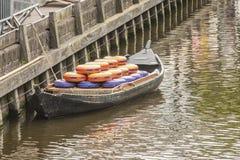 Primo piano della barca con i formaggi a Alkmaar L'Olanda olandese fotografia stock