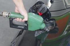 Primo piano della benzina di pompaggio dell'uomo Immagini Stock