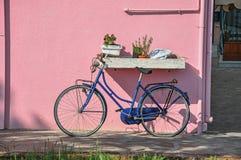 Primo piano della bicicletta che pende contro la parete variopinta un giorno soleggiato in Burano Fotografia Stock Libera da Diritti