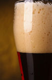 Primo piano della birra scura Immagini Stock