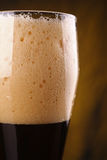 Primo piano della birra scura Fotografie Stock Libere da Diritti
